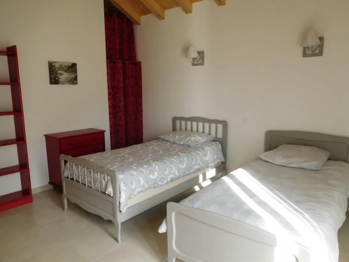Location de vacances - Chalet à Samoëns - Chambre au 1er niveau avec  2 lits 90 , porte-fenêtre sur balcon