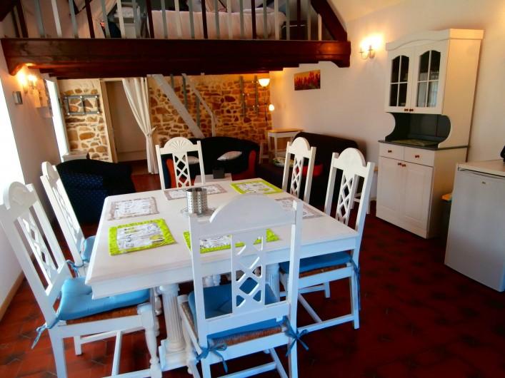 Location de vacances - Gîte à Beuvrequen - Le coin repas avec sa table et ses chaises d'époque