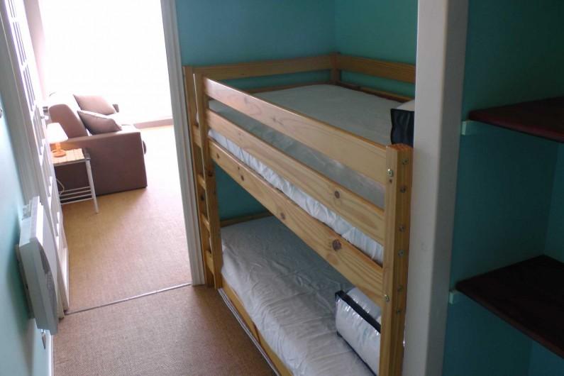 Location de vacances - Studio à Hardelot-Plage - lits superposés et étagères de rangement