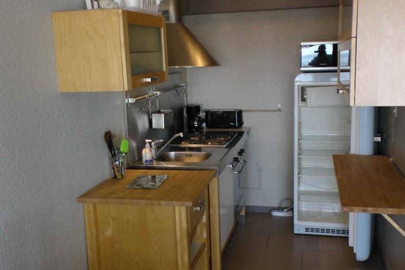 Location de vacances - Studio à Hardelot-Plage - cuisine avec vaisselle (style bord de mer) et couverts fournis