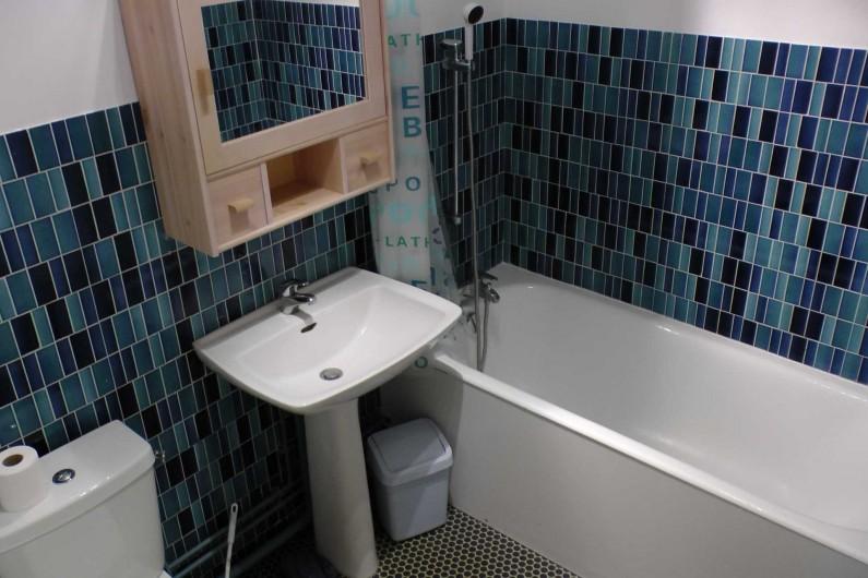 Location de vacances - Studio à Hardelot-Plage - salle de bain avec baignoire munie d'une douche