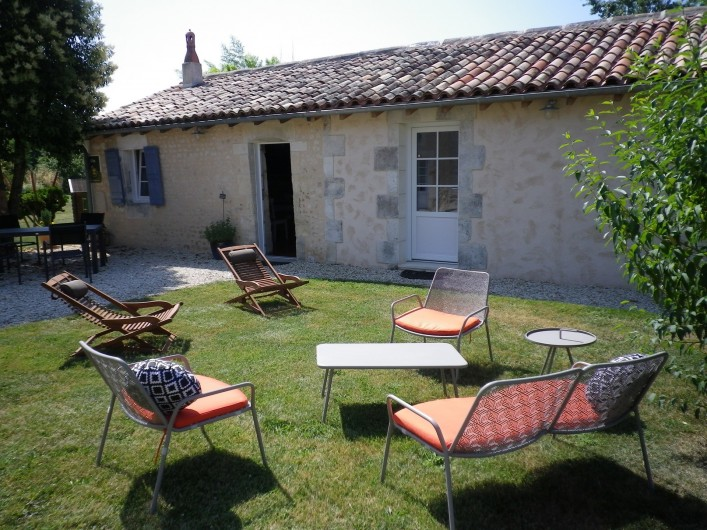Location de vacances - Gîte à Vanzac - Espace détente devant le gite