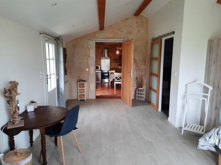 Location de vacances - Gîte à Vanzac - Entre cuisine, chambre et sanitaire sur le coté droit