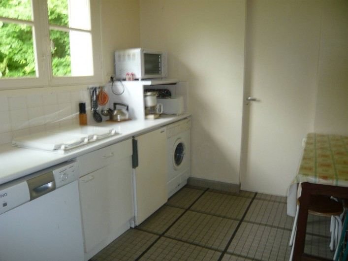 Location de vacances - Gîte à Azay-le-Rideau - cuisine équipée, table et tabourets. LV, LL, plaque induction, four et micro ond