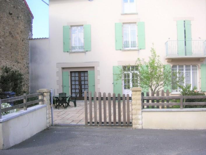 Location de vacances - Appartement à Verneuil-sur-Vienne - cour privative avec les deux portes-fenêtres du logement