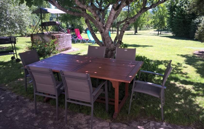 Location de vacances - Gîte à Saint-Aulaye - Grand jardin avec salon de jardin, barbecue, transats...