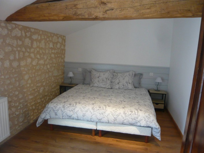 Location de vacances - Gîte à Saint-Aulaye - Chambre à l'étage, 2 lits (90 x 200) attenants ou dissociés.