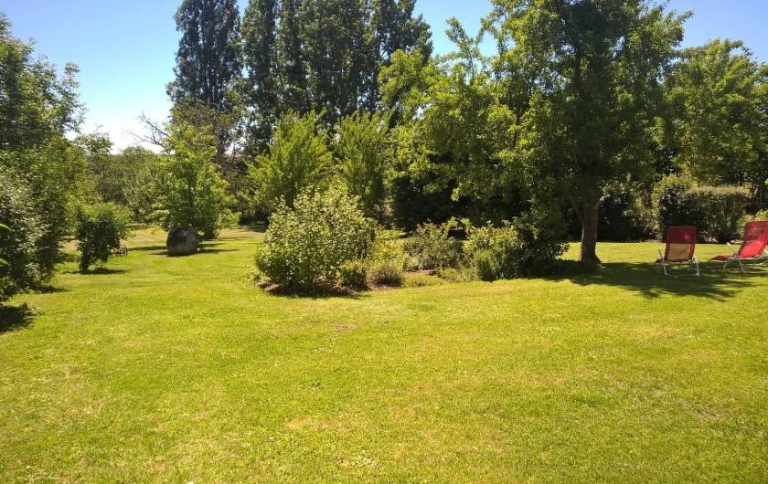 Location de vacances - Gîte à Saint-Aulaye - Le jardin, ses arbres, ses fleurs et son calme