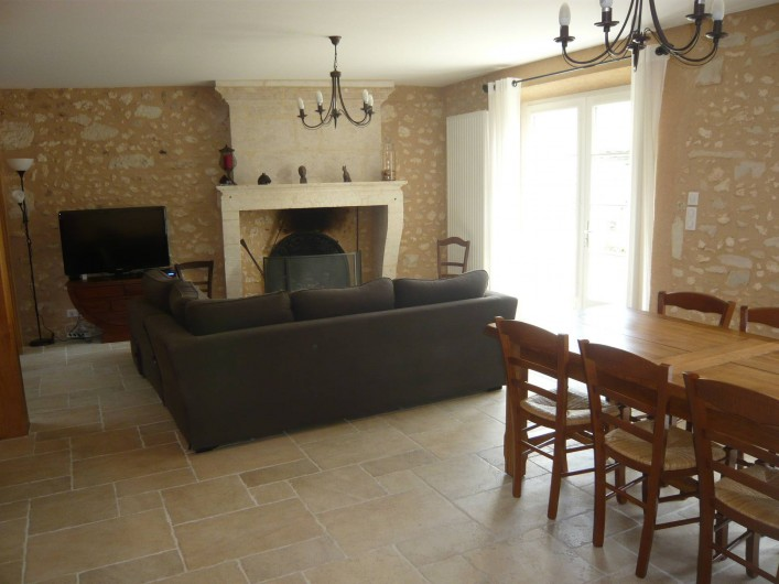 Location de vacances - Gîte à Saint-Aulaye - Le séjour avec sa cheminée, donnant directement sur le jardin