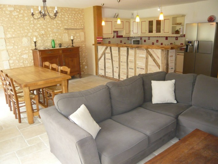Location de vacances - Gîte à Saint-Aulaye - Vue d'ensemble du séjour et de la cuisine