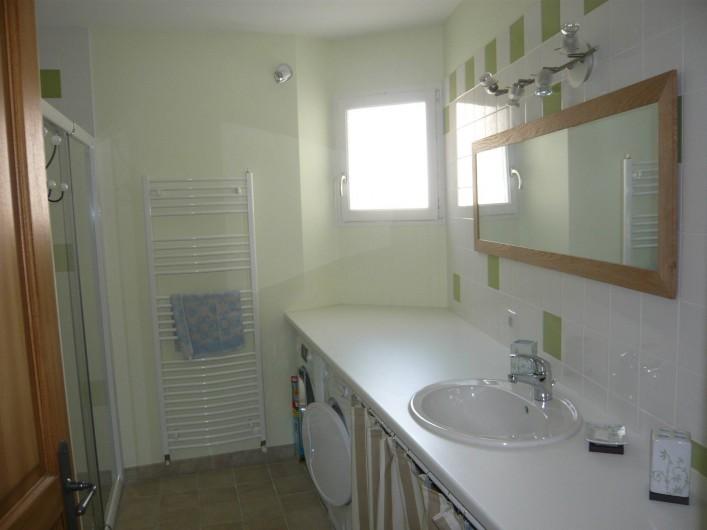 Location de vacances - Gîte à Saint-Aulaye - Salle de bain au rez de chaussée avec douche, lave-linge et sèche linge.