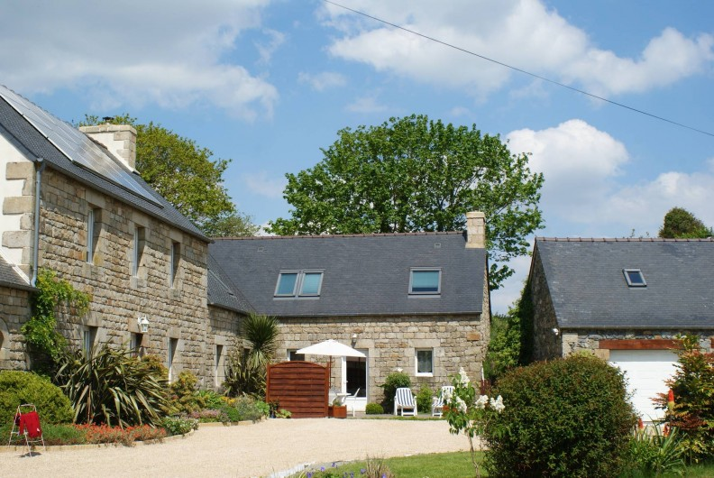 Location de vacances - Gîte à Calanhel - Vue d'ensemble du gite en angle au fond de la cour proche et intime...