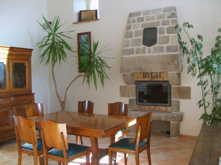 Location de vacances - Gîte à Calanhel - Salle a manger cheminée, banc coffre, buffet vaisselier