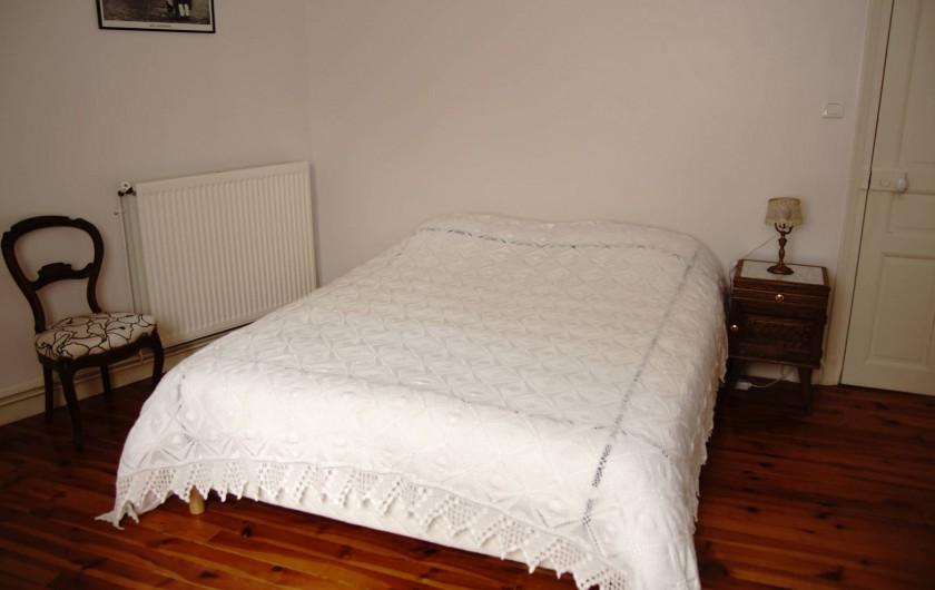 """Location de vacances - Chambre d'hôtes à Saint-Urcize - Chambre au premier étage avec lit """"king size"""" + lit """"single"""". 1 à 3 personnes."""
