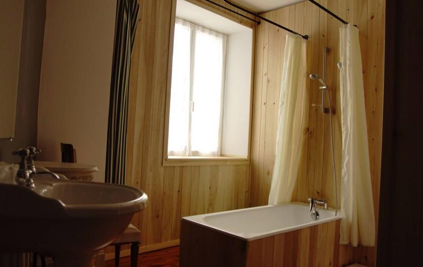 Location de vacances - Chambre d'hôtes à Saint-Urcize - Salle de bain chambre 1