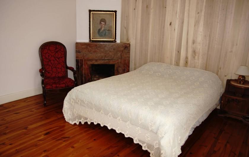 """Location de vacances - Chambre d'hôtes à Saint-Urcize - Seconde chambre du premier étage avec lit """"King size""""."""