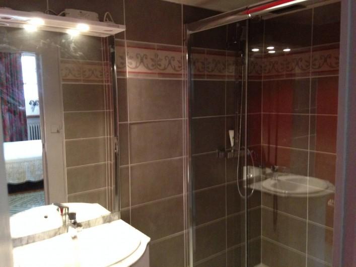 Location de vacances - Château - Manoir à Montreuil-Bonnin - salle de douche  de la chambre 1