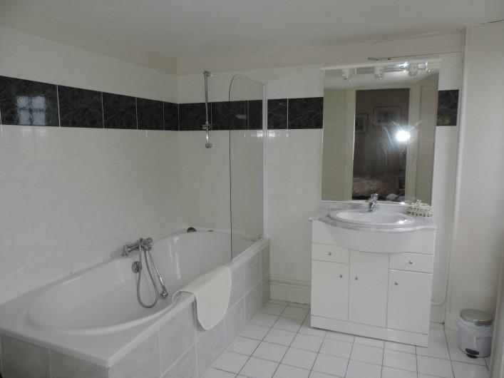 Location de vacances - Château - Manoir à Montreuil-Bonnin - salle de bain de la chambre 2