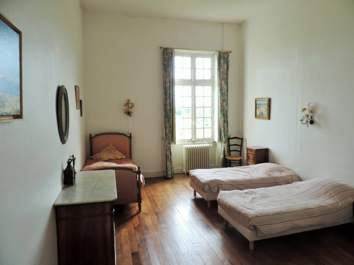 Location de vacances - Château - Manoir à Montreuil-Bonnin - Chambre des filles avec 4 lits et un lavabo.