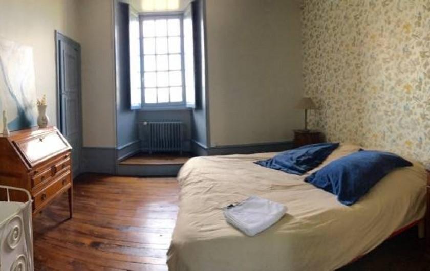 Location de vacances - Château - Manoir à Montreuil-Bonnin - Chambre bleue avec un lit bébé