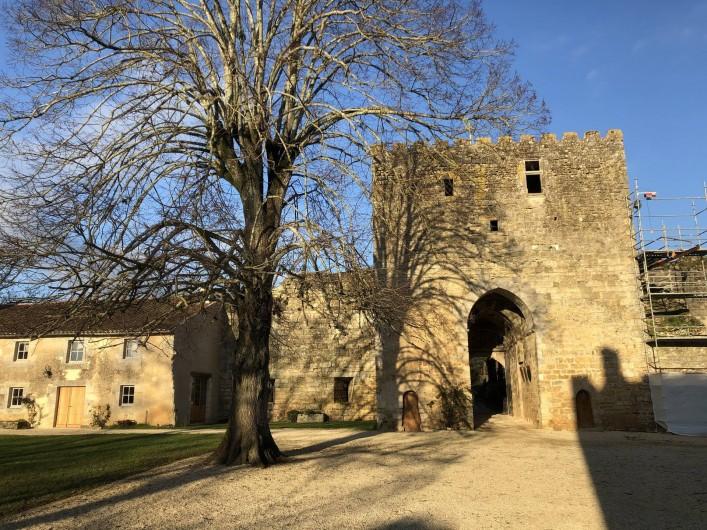 Location de vacances - Château - Manoir à Montreuil-Bonnin - Poterne coté sud