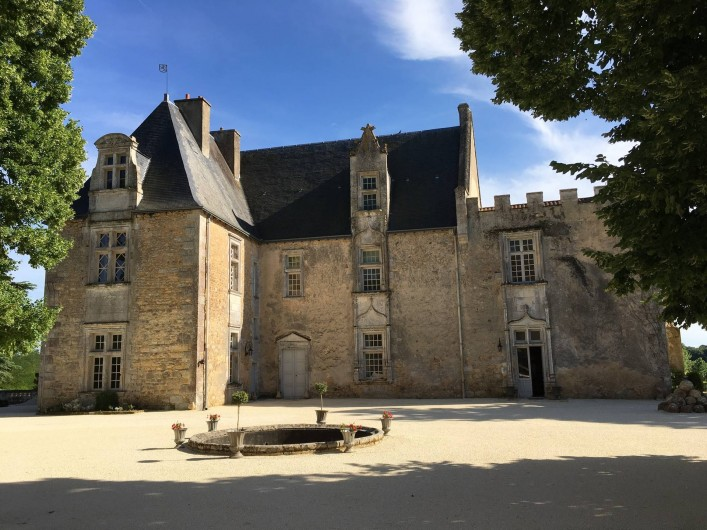 Location de vacances - Château - Manoir à Montreuil-Bonnin - vue sur le château dans la cour de la forteresse