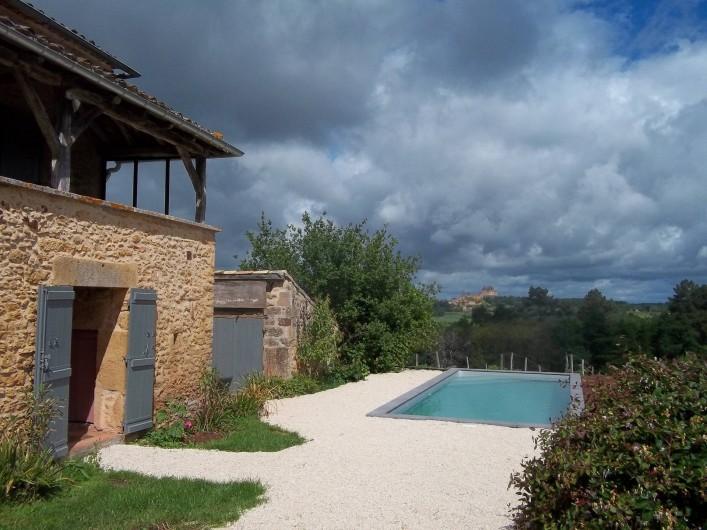 Location de vacances - Gîte à Biron - Un panorama des vielles pierre une piscine tout commence là !