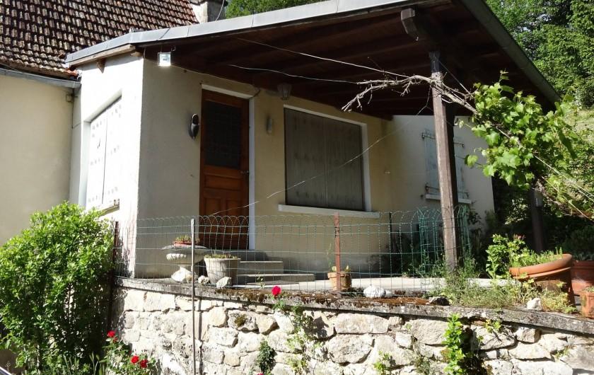 Location de vacances - Maison - Villa à Teyssieu - Entrée et vue sur terrasse couverte
