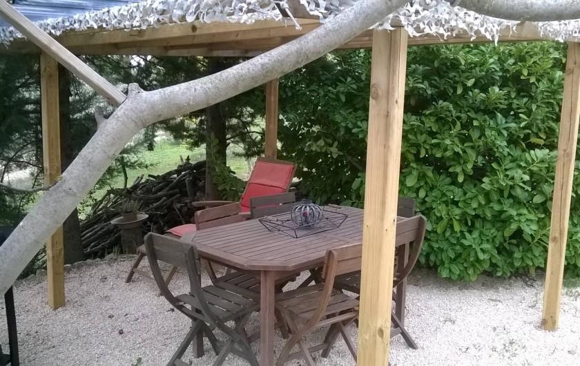 Location de vacances - Villa à Saint-Martin-de-la-Brasque - table extérieure sous pergolla