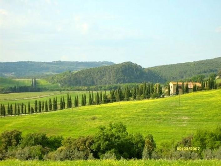 Location de vacances - Appartement à Guardistallo - Vue des cyprès et des collines Toscanes près de Bibbona