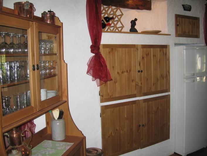 Location de vacances - Gîte à Xhierfomont - Vaisselier, armoire et frigo-congélateur. Au Vieux Noyer