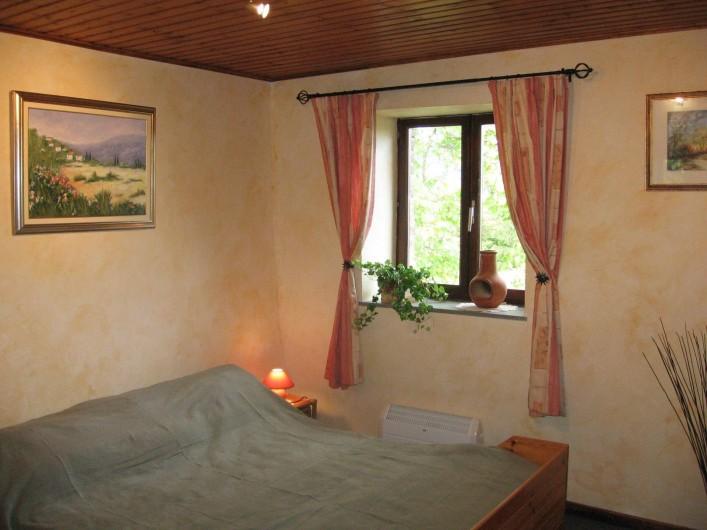 Location de vacances - Gîte à Xhierfomont - La chambre Fougères et son grand lit confortable de 1m60. Au Vieux Noyer