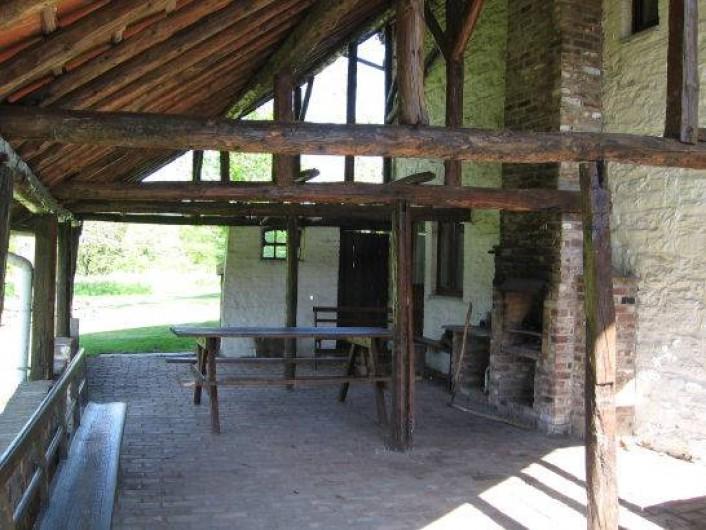 Location de vacances - Gîte à Xhierfomont - Un auvent spacieux qui abrite un BBQ, salon de jardin, table de ping pong.