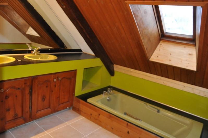 Location de vacances - Appartement à Puy-Saint-Vincent - la salle de bain 2 vasques et une baignoire
