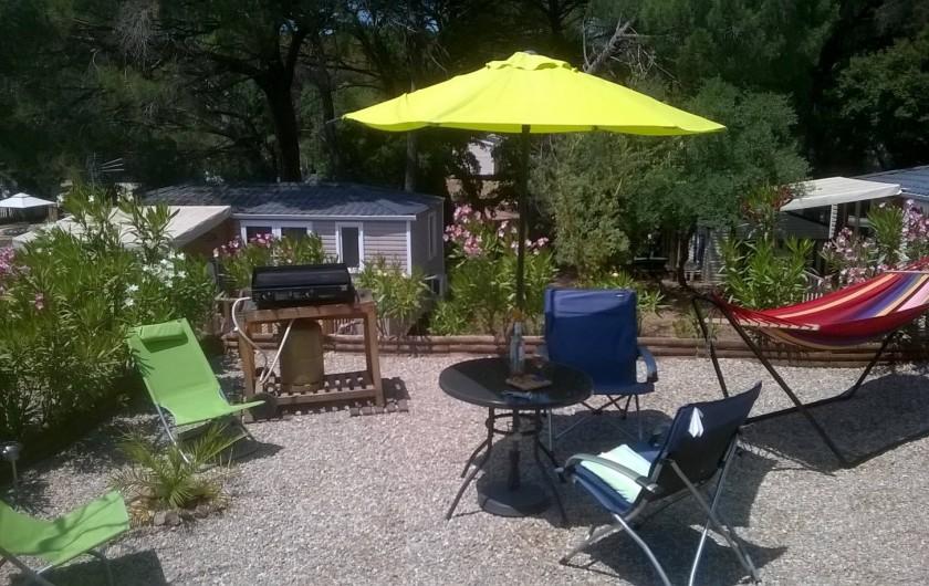 Location de vacances - Bungalow - Mobilhome à Le Muy - Le jardin, avec la plancha, le hamac...