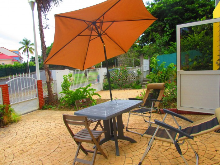 Location de vacances - Studio à Le Gosier - Jardin Parasol - fauteuils parking