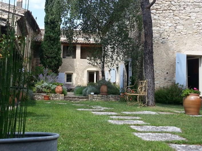 Location de vacances - Chambre d'hôtes à Marsanne - cour intérieure