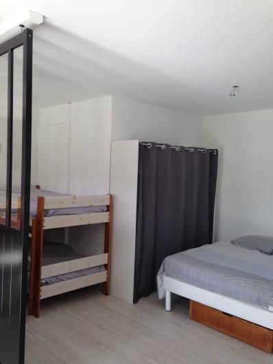 Location de vacances - Appartement à Ploufragan - GITE : L'ATELIER . 50 m2 chambre familiale ouverte sur séjour