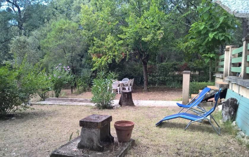 Location de vacances - Maison - Villa à Vers-Pont-du-Gard - espace repas sous le peuplier