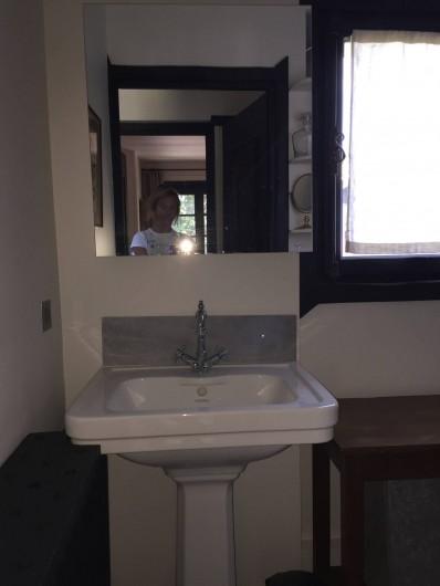 Location de vacances - Chalet à Megève - Salle e bain du haut avec sa baignoire vue précédemment