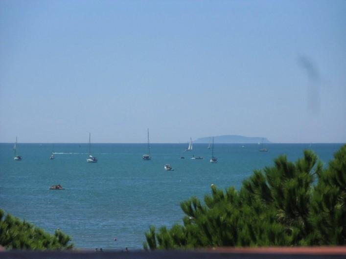Location de vacances - Appartement à Le Grau-du-Roi - Midi à l'ombre sur la terrasse; au loin Sète et son volcan: le Saint-Clair