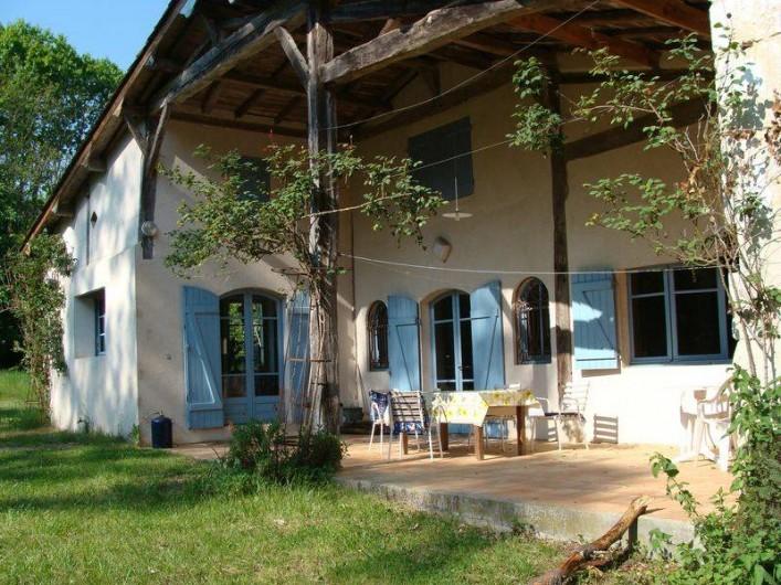 Location de vacances - Gîte à Sillas - Terrasse sous auvent