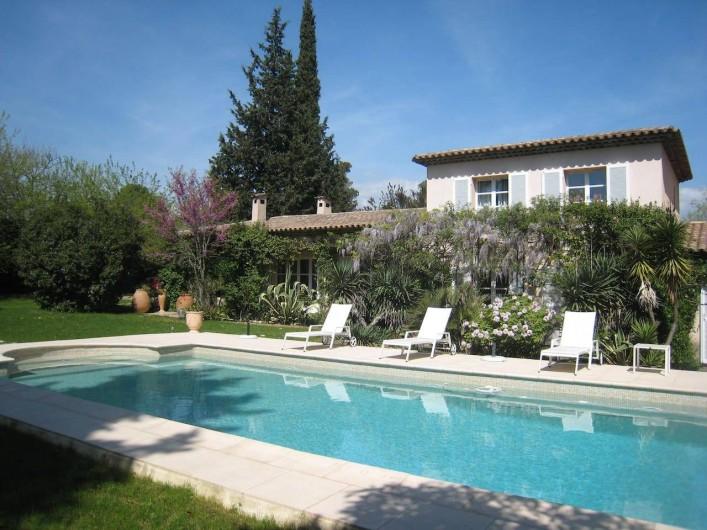 Location de vacances - Chambre d'hôtes à Mougins - Piscine 12X5, transats, parasol et salon de jardin.