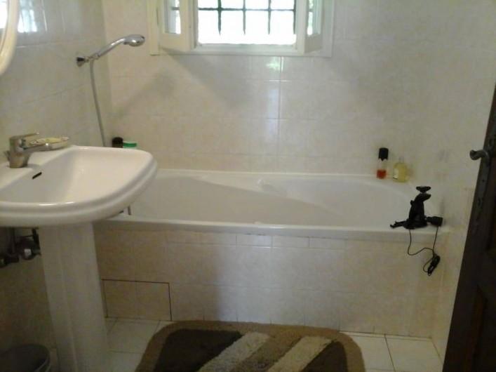 Location de vacances - Chambre d'hôtes à Mougins - Salle de bains avec baignoire pour la 2e chambre.
