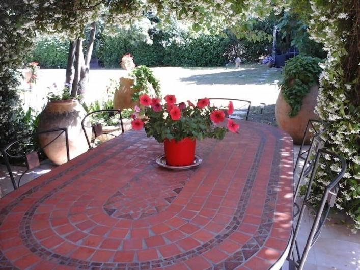 Location de vacances - Chambre d'hôtes à Mougins - Terrasse avec table pour 6 personnes.