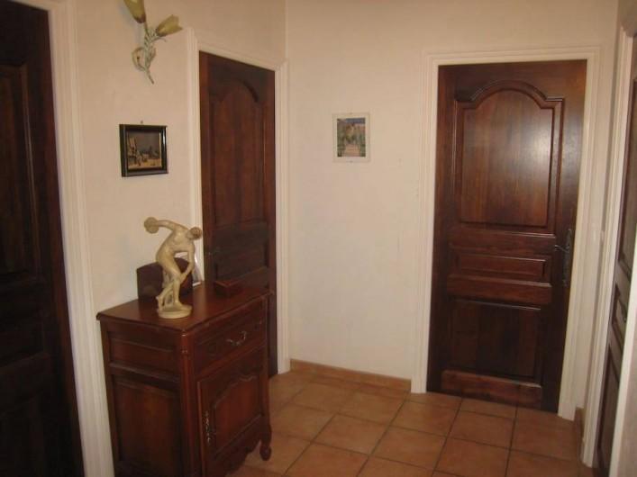 Location de vacances - Chambre d'hôtes à Mougins - Dégagement entre les deux chambres, la salle de bains et la lingerie.