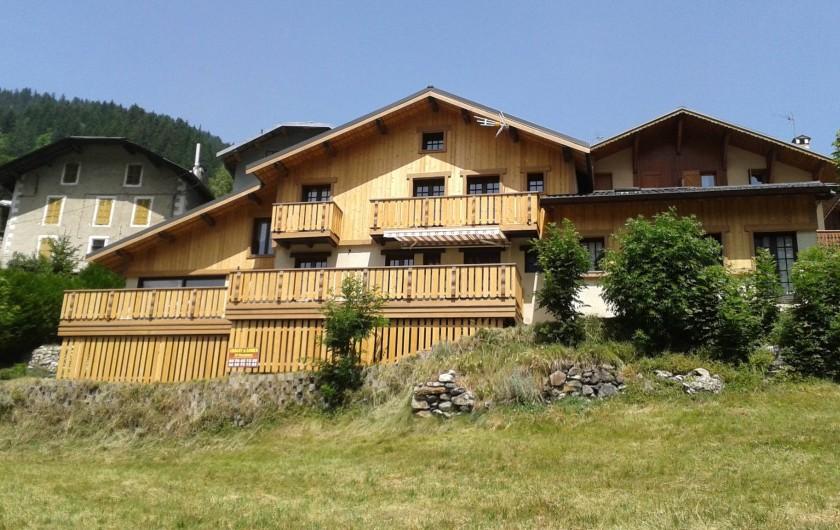 Location de vacances - Chalet à Champagny-en-Vanoise - Vue d'ensemble du chalet l'été (juste en face de la piscine!)