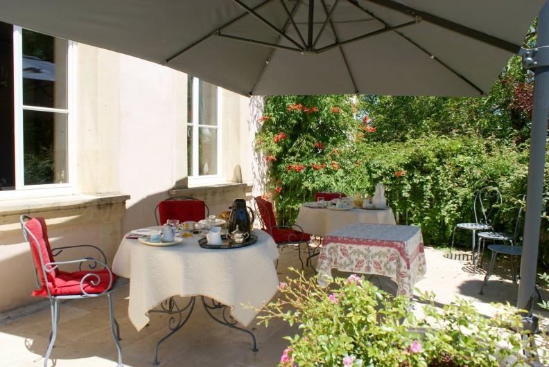 Location de vacances - Chambre d'hôtes à Saint-Léger - Petit déjeuner sur la terrasse ...