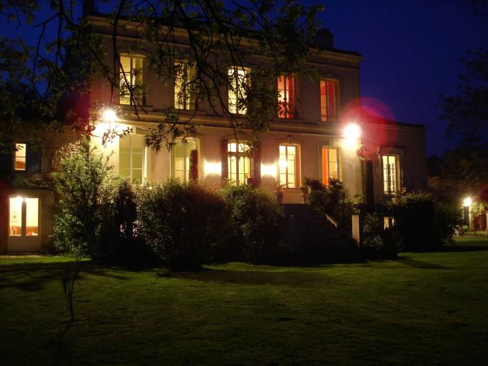 Location de vacances - Chambre d'hôtes à Saint-Léger - Façade sud avec sa grande terrasse