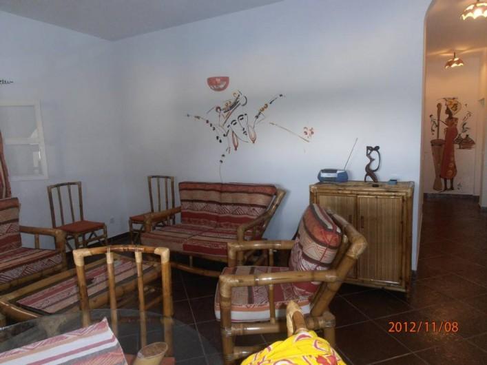 Location de vacances - Villa à Somone - salon salle à manger et couloir menant aux chambres